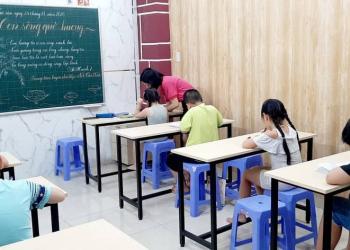 học sinh lớp 1 đang rèn chữ