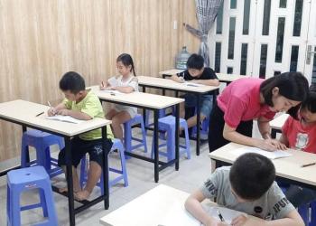 học sinh đang tập viết